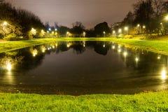 Λίμνη πόλεων με το φωτισμό περίπου την ακτίνα με την αντανάκλαση των φω'των στοκ φωτογραφίες με δικαίωμα ελεύθερης χρήσης