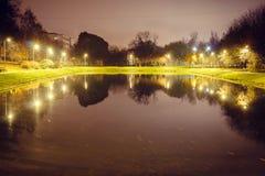 Λίμνη πόλεων με το φωτισμό περίπου την ακτίνα με την αντανάκλαση των φω'των στοκ εικόνα