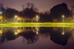 Λίμνη πόλεων με το φωτισμό περίπου την ακτίνα με την αντανάκλαση των φω'των στοκ εικόνες