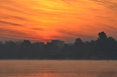 Λίμνη πόλεων στην αυγή Στοκ εικόνα με δικαίωμα ελεύθερης χρήσης