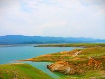 Λίμνη σε ένα λατρευτό τοπίο στη χαμηλότερη σειρά Himalayan στοκ φωτογραφία με δικαίωμα ελεύθερης χρήσης