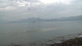 Λίμνη στα βουνά ενάντια στον ουρανό και την υδρονέφωση πέρα από το νερό στην επαρχία Yunnan, Κίνα απόθεμα βίντεο
