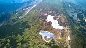 Λίμνη στα βουνά Λίμνη Nesamovite στην κορυφογραμμή βουνών Chernohora στα Καρπάθια βουνά, Ουκρανία στοκ φωτογραφίες