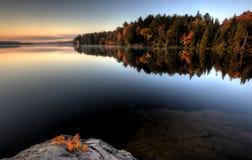 Λίμνη στην αντανάκλαση ανατολής φθινοπώρου στοκ εικόνες