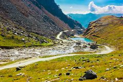 Λίμνη στην κοιλάδα κατά μήκος της λοφώδους εθνικής οδού με το πράσινο λιβάδι και μπλε ουρανός στον τρόπο στο Ιμαλάια από το δρόμο Στοκ φωτογραφίες με δικαίωμα ελεύθερης χρήσης