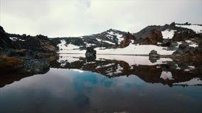 Λίμνη στο βουνό με το χιόνι απόθεμα βίντεο