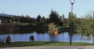 Λίμνη στο πάρκο και τους ψαράδες απόθεμα βίντεο