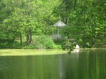 Λίμνη στο πάρκο με έναν άξονα Στοκ Φωτογραφία