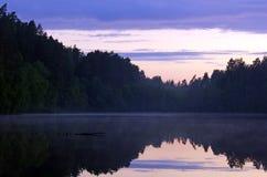 Λίμνη στο σούρουπο Στοκ Εικόνες