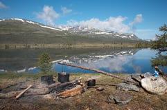λίμνη στρατόπεδων πλησίον Στοκ φωτογραφία με δικαίωμα ελεύθερης χρήσης