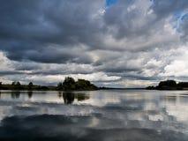 λίμνη σύννεφων πέρα από τη βρο&nu Στοκ Εικόνα