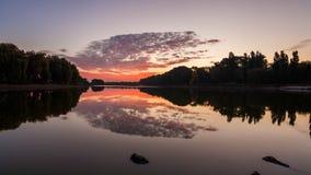 Λίμνη την άνοιξη στην αυγή αντανάκλαση των σύννεφων στο νερό απόθεμα βίντεο
