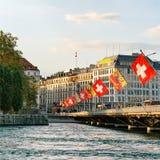Λίμνη της Γενεύης και γέφυρα της Mont Blanc με την πόλη της Γενεύης σημαιών Στοκ φωτογραφίες με δικαίωμα ελεύθερης χρήσης