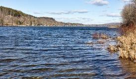 Λίμνη του Κύκνου το χειμώνα με τις τραπεζικές εργασίες στο δικαίωμα Στοκ Εικόνες