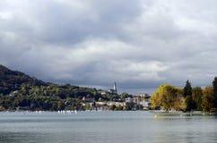 Λίμνη του Annecy και πόλη, τοπίο φθινοπώρου Στοκ Εικόνες