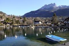 Λίμνη του Annecy, κόλπος Talloires και χωριό, κραμπολάχανο, Γαλλία Στοκ φωτογραφία με δικαίωμα ελεύθερης χρήσης