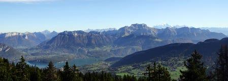 Λίμνη του Annecy, Mont Blanc, βουνά Tournette, κραμπολάχανο, Γαλλία Στοκ Εικόνες