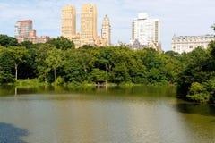 Λίμνη του Central Park, με τις πολυκατοικίες, πόλη της Νέας Υόρκης στοκ εικόνες με δικαίωμα ελεύθερης χρήσης