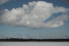 Λίμνη το χειμώνα, σύννεφα στον ουρανό, δάσος Στοκ φωτογραφία με δικαίωμα ελεύθερης χρήσης