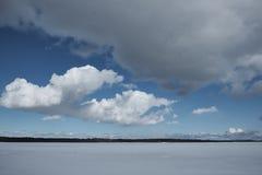 Λίμνη το χειμώνα, σύννεφα στον ουρανό, δάσος Στοκ Φωτογραφία