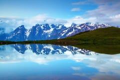 Λίμνη υψηλών βουνών, δύσκολες βουνά και ομίχλη Στοκ φωτογραφία με δικαίωμα ελεύθερης χρήσης