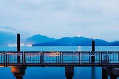 Λίμνη φεγγαριών ήλιων τη νύχτα στοκ εικόνες