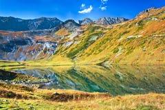 Λίμνη φθινοπώρου στα βουνά Στοκ Εικόνες