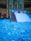 Λίμνη φυσαλίδων για τα παιδιά με τα παιχνίδια Στοκ Εικόνες