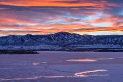 Λίμνη χειμερινών βουνών ηλιοβασιλέματος Στοκ Εικόνα