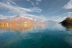 λίμνη χρωμάτων χ φθινοπώρου του Annecy ορών Στοκ Εικόνα