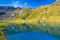 Λίμνη όπως τον καθρέφτη, λίμνη Kyafar, Καύκασος, Ρωσία Στοκ εικόνα με δικαίωμα ελεύθερης χρήσης