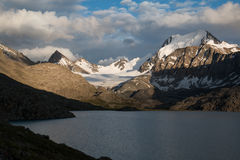 Λίμνη Alakol στο Κιργιστάν, βουνά Tian Shan Στοκ εικόνα με δικαίωμα ελεύθερης χρήσης