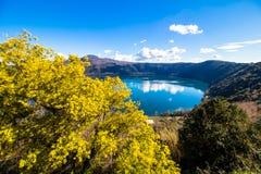 Λίμνη Albano, μια ηφαιστειακή λίμνη κρατήρων κοντά στη Ρώμη, Ιταλία στοκ φωτογραφίες
