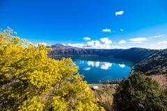 Λίμνη Albano, μια ηφαιστειακή λίμνη κρατήρων κοντά στη Ρώμη, Ιταλία Στοκ Φωτογραφία