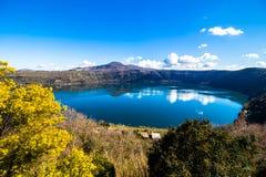Λίμνη Albano, μια ηφαιστειακή λίμνη κρατήρων κοντά στη Ρώμη, Ιταλία Στοκ εικόνες με δικαίωμα ελεύθερης χρήσης