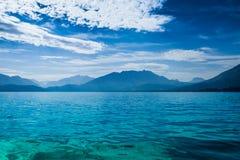 Λίμνη Annecy όπου τα βουνά συναντούν τη λίμνη Στοκ εικόνες με δικαίωμα ελεύθερης χρήσης