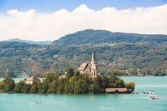 Λίμνη Aquamarine με το νησί και εκκλησία στην Αυστρία Στοκ Εικόνες