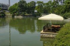 Λίμνη Ariana με την άνετη γωνία για τη θερινή χαλάρωση με το φίλο, gradina Borisova πάρκων Στοκ Εικόνες