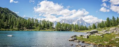 Λίμνη Arpy, Monte Bianco Mont Blanc στο υπόβαθρο, εθνικό πάρκο Gran Paradiso, κοιλάδα Aosta στις Άλπεις Ιταλία Στοκ Εικόνα