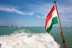 Λίμνη Balaton με μια ουγγρική σημαία από ένα κατάστρωμα πλοίων Στοκ φωτογραφία με δικαίωμα ελεύθερης χρήσης