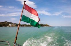 Λίμνη Balaton που αντιμετωπίζεται από ένα σκάφος με την ουγγρική σημαία Στοκ φωτογραφίες με δικαίωμα ελεύθερης χρήσης