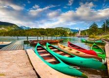 Λίμνη Bohinj με τις βάρκες και την εκκλησία του ST John ο βαπτιστικός Στοκ εικόνα με δικαίωμα ελεύθερης χρήσης