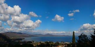 Λίμνη Bracciano την άνοιξη Στοκ εικόνα με δικαίωμα ελεύθερης χρήσης