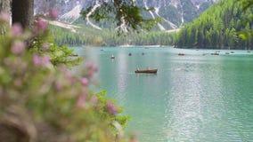 Λίμνη Braies στα βουνά δολομιτών απόθεμα βίντεο