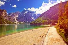 Λίμνη Braies στις Άλπεις στη χαμηλή άποψη ήλιων Στοκ Φωτογραφία