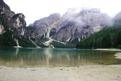 Λίμνη Braies στο βουνό Dolomiti στις ιταλικές Άλπεις Στοκ Εικόνες