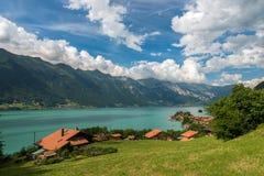 Λίμνη Brienz στην Ελβετία στο υπόβαθρο βουνών Στοκ φωτογραφία με δικαίωμα ελεύθερης χρήσης