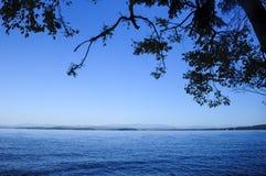 Λίμνη Champlain από τη διασπασμένη άγρια δασική περιοχή βράχου, δασική κονσέρβα Adirondack, Νέα Υόρκη στοκ φωτογραφία με δικαίωμα ελεύθερης χρήσης