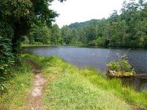 Λίμνη Cliffside στοκ εικόνες με δικαίωμα ελεύθερης χρήσης
