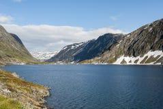 Λίμνη Djupvatnet στη Νορβηγία το καλοκαίρι Στοκ Εικόνα